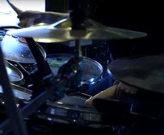 """Enter Sandman"" Metalliki zagrany na perkusji sztucznymi penisami"