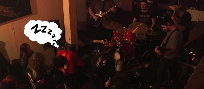 Fan przespał cały koncert metalowego zespołu
