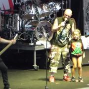 Five Finger Death Punch zaprosił na scenę małą fankę