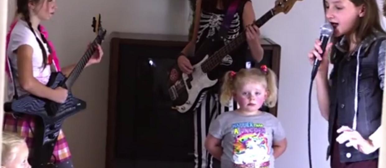 Gdy nie ma rodziców w domu, dzieci grają Slipknota