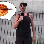 Gitarzysta Killswitch Engage w trakcie grania solówki zjadł pizzę na scenie