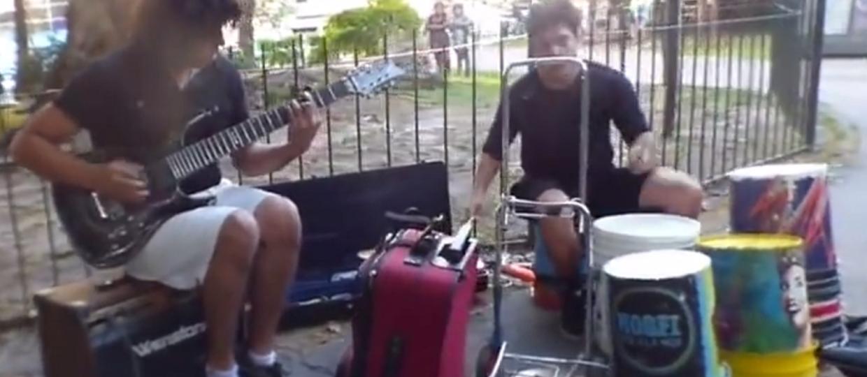 Heavy metal zagrany na plastikowych wiadrach