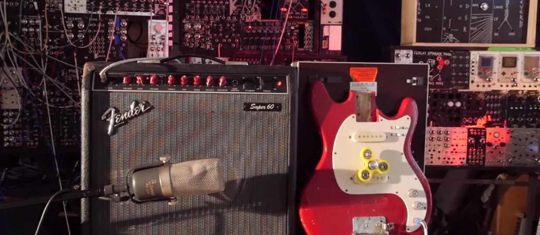 Jak brzmi gitara elektryczna z przymocowanym fidget spinnerem?