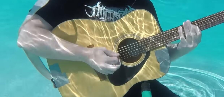 Jak brzmi gitara pod wodą?