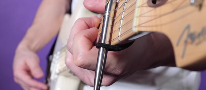 Jak brzmi gra na gitarze długopisem?