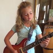 """Jak brzmi """"Thunderstruck"""" AC/DC w wykonaniu 11-letniej gitarzystki?"""