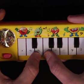 Toto i Africa zagrana na dziecięcym pianinie