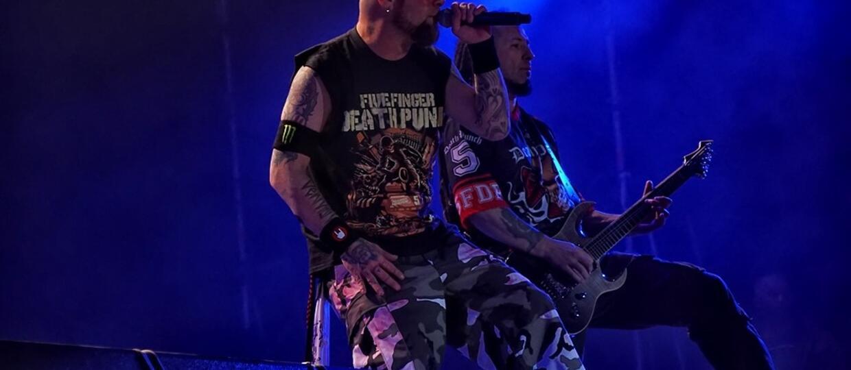 Jak gitarzysta Five Finger Death Punch pomaga policji?