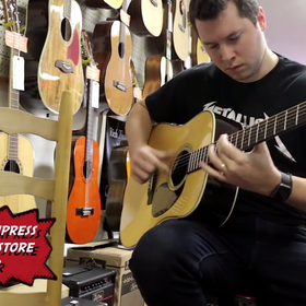Jak klienci testują gitarę akustyczną w sklepie muzycznym?