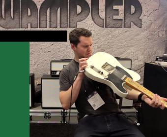 Jak klienci testują gitarę elektryczną w sklepie muzycznym?