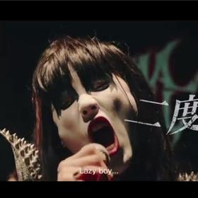 Japońska reklama czekolady z metalową matką