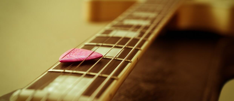 Jak wykonać makijaż przy pomocy kostki do gitary?
