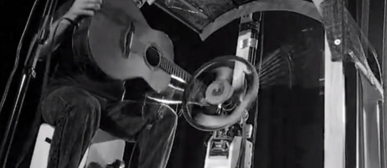Jak zagrać na gitarze za pomocą koła i elektronarzędzi?