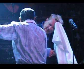 John Lydon zraniony butelką na koncercie Public Image Ltd.