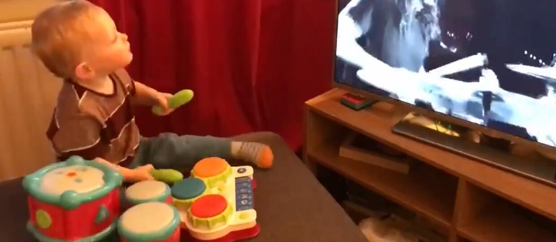 Maluch gra na perkusji i udaje Dave'a Grohla. Dzieciak zachwycił Foo Fighters