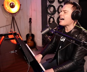 Marc Martel w coverze Queen