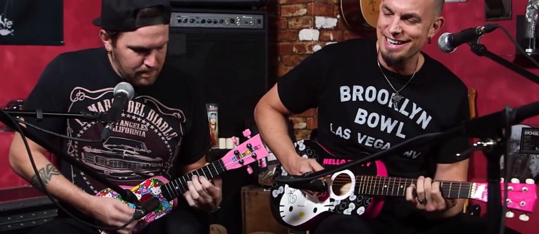Tremonti gra na gitarze z hello kitty