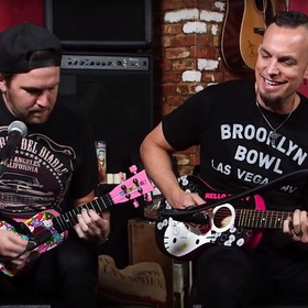 Tremonti gra na gitarze z hello kitty