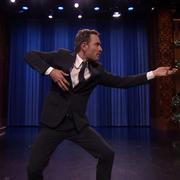 """Michael Fassbender udaje Steve'a Harrisa grając """"Crazy Train"""" Ozzy'ego"""