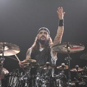 Mike Portnoy śmieszkuje z logotypów metalowych zespołów