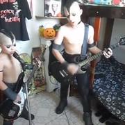 Mroczne dzieciaki zagrały utwór Misfits