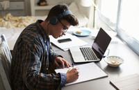 Słuchanie muzyki negatywnie wpływa na kreatywność