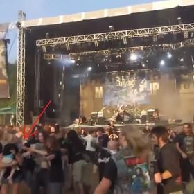 """Najgorsza matka świata wzięła dziecko na """"ścianę śmierci"""" podczas metalowego koncertu"""