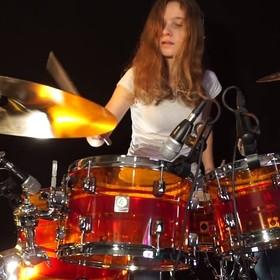 """Nastolatka zagrała na perkusji """"Chop Suey"""" System of a Down"""