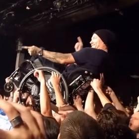 Niesamowity crowd surfing na wózkach inwalidzkich