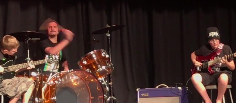 Perkusista Anthrax zagrał z dziećmi z podstawówki