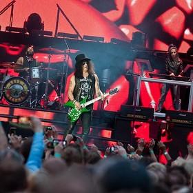 Pijana fanka spadła ze sceny na koncercie Guns N' Roses