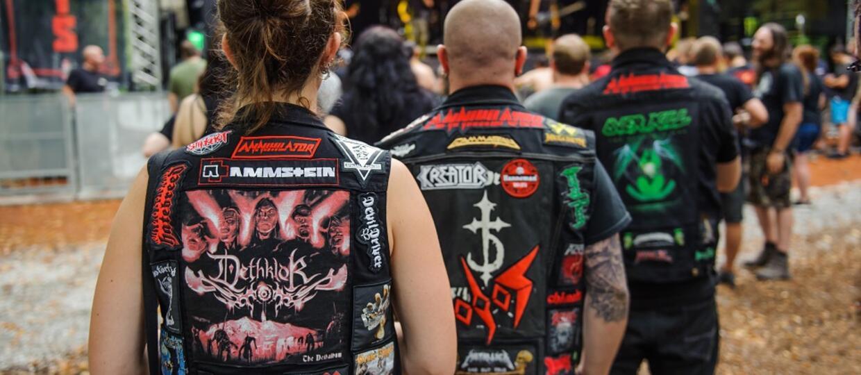 Grupa fanów metalu