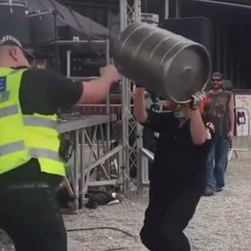 Policjant wczuł się w klimat muzyki Slipknota