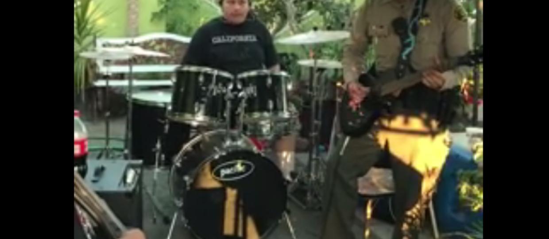 Policjant wpadł na próbę zespołu... i wymiótł na gitarze