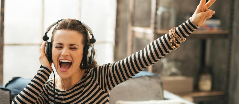 Kobieta słuchająca muzykę