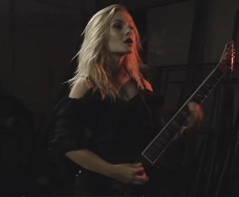 Gitarzystka zagrała cover Behemotha