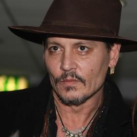 Polski fan Johnny'ego Deppa chce zdobyć jego autograf na nagim portrecie aktora