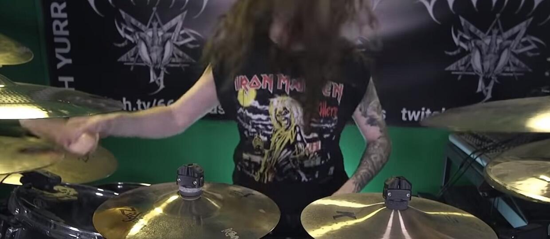 Pomysłowy perkusista zagrał AC/DC na perkusji sztucznymi penisami