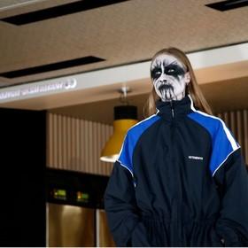 Projektant mody wykorzystał modeli przebranych za black metalowców na pokazie w barze McDonald's