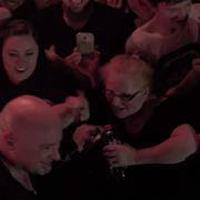 Seniorka na koncertowej pogawędce z liderem Disturbed