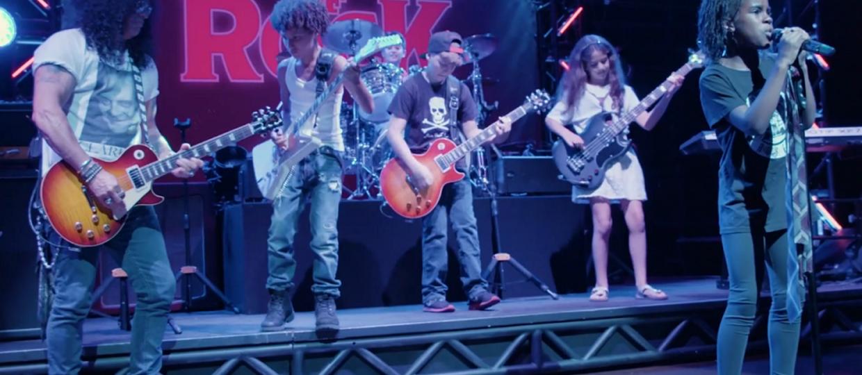 Slash zagrał z dziećmi utwory Guns N' Roses