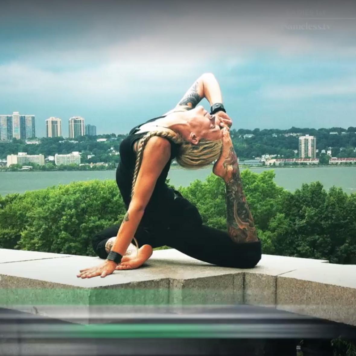Tak wyglądają zajęcia z jogi dla fanów metalu