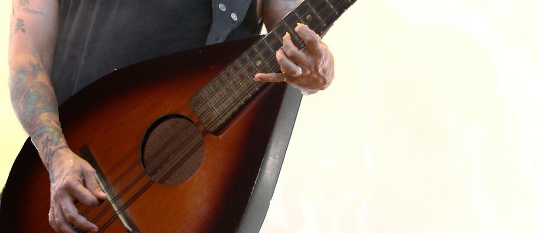 Tom Araya gra irlandzki folk na mandolinie