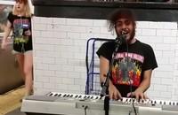 Uliczny grajek zagrał Toola na stacji metra