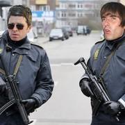"""Uliczny grajek zatrzymany przez policję za fałszowanie """"Wonderwall"""" Oasis"""