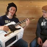 Utwór Pantery zagrany na gitarze z kuchenki mikrofalowej