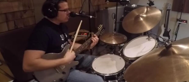 """Wykonał utwór """"Tom Sawyer"""" Rush śpiewając, grając na gitarze i perkusji jednocześnie"""
