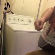 YouTuber z gitarą i pralka zamiast perkusji