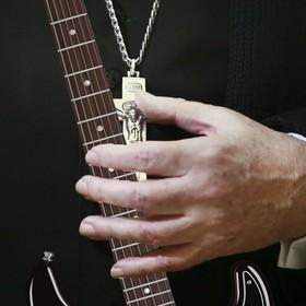 Zobacz, jak ksiądz wymiata na gitarze. Każdy gitarzysta będzie zazdrosny