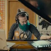 Zrobił z fortepianu gitarę, by grać solówki jak Slash